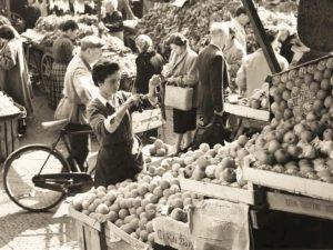 donna che pesa delle verdure